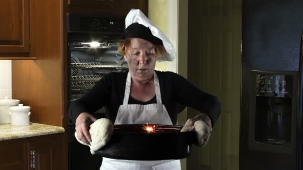 Küche-Katastrophen, Frau mit Schürze und Chef-Hut