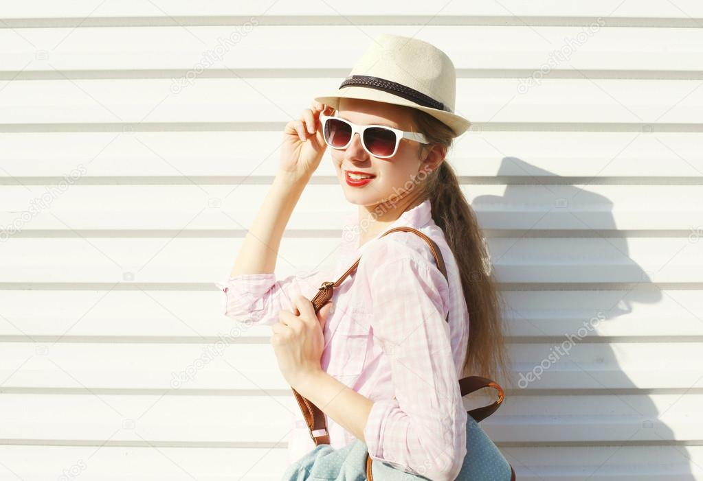 1dadb3da0b Ładna kobieta moda okulary przeciwsłoneczne i kapelusz na białym tle —  Zdjęcie stockowe