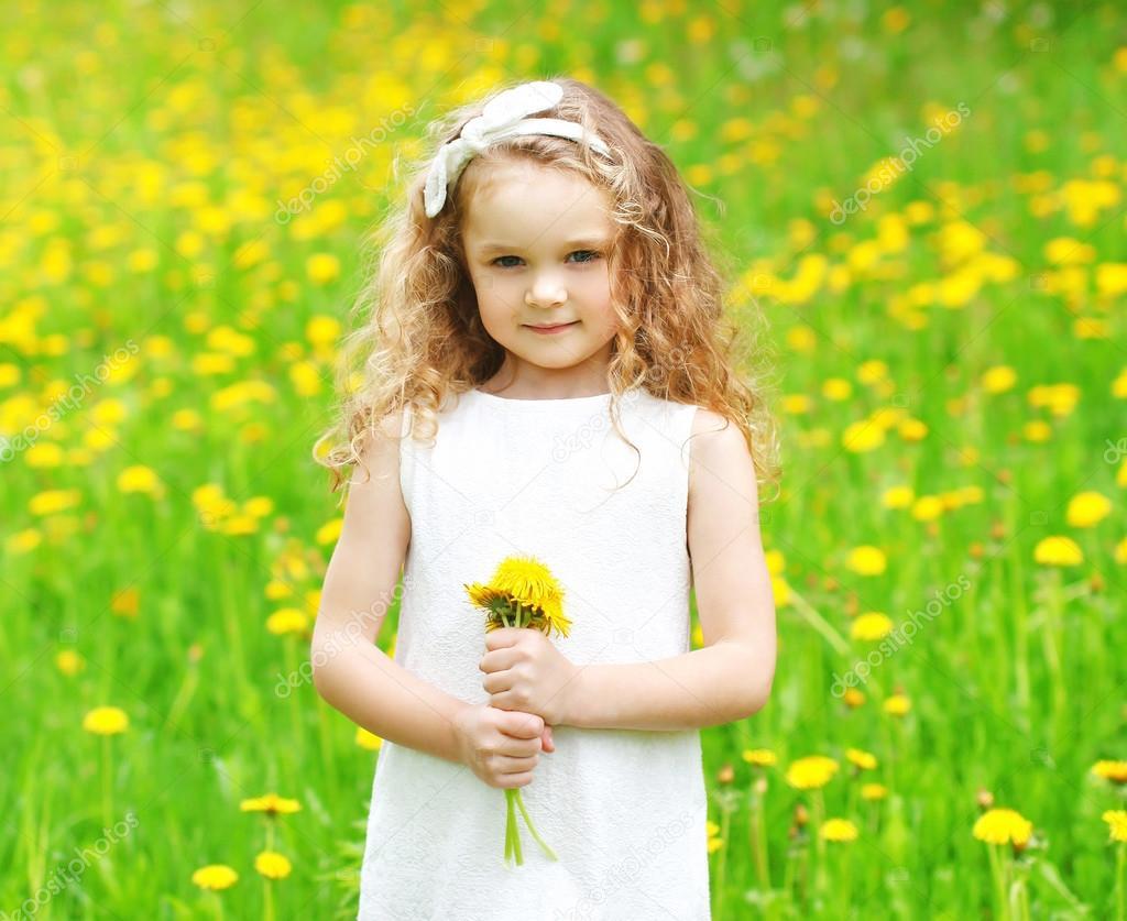 маленькие девочки Красивые маленькие девочки на лугу с Жёлтый одуванчик потока — стоковое  фото #110901918