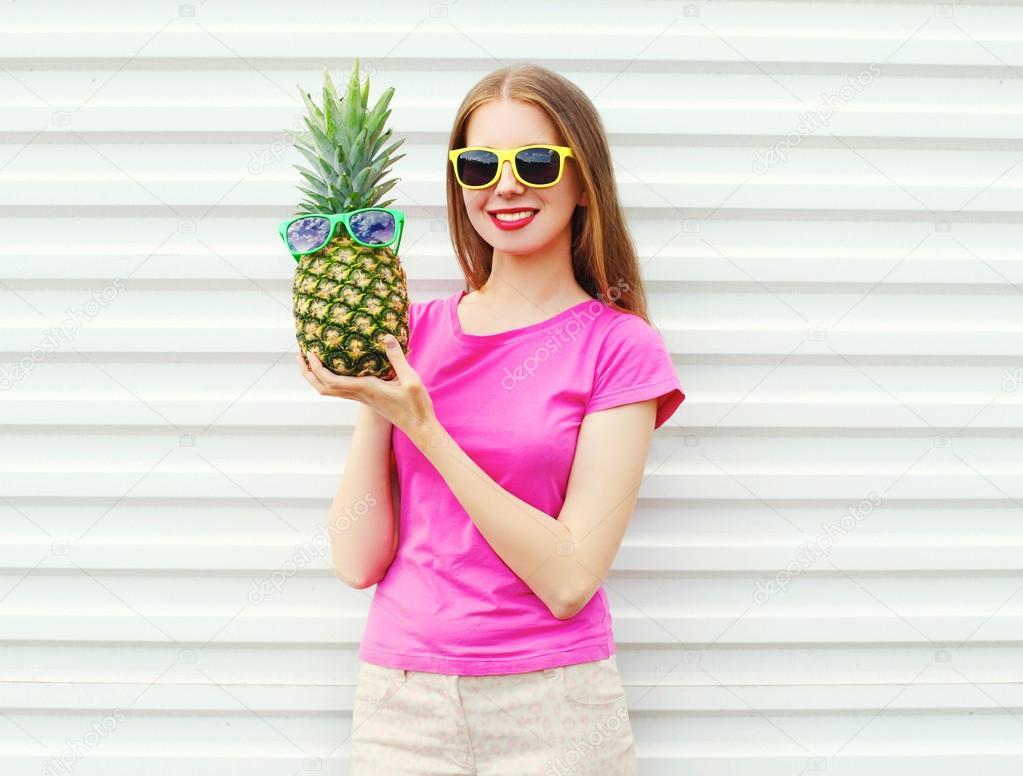 白い背中にパイナップルとサングラスのファッションかわいい女の子