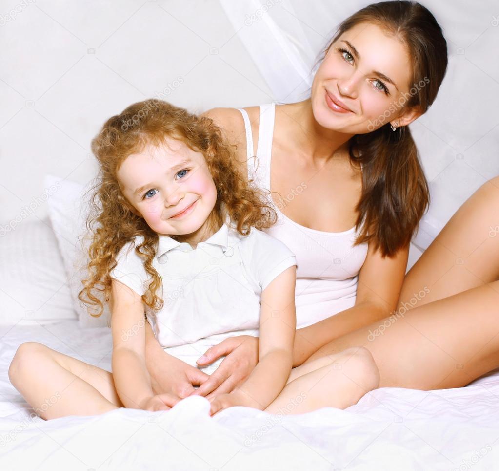 Миниатюрных голых красивая мамочка и молодая девушек время