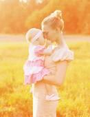 Fotografie Glückmutter! Sonniges Portrait der glücklichen Mutter und Kind zusammen
