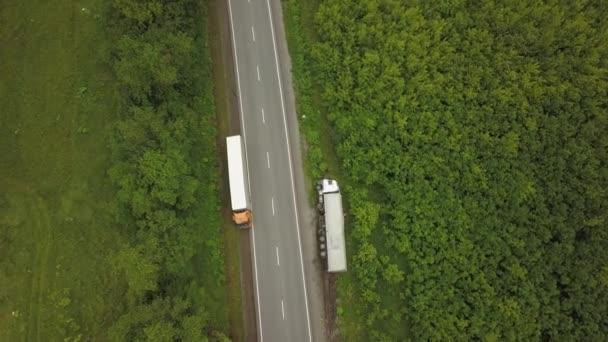 Luftaufnahme eines umgekippten Lastwagens. Auto am Straßenrand.
