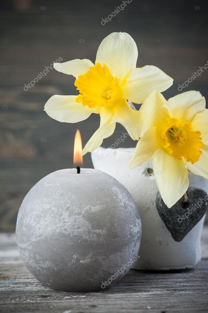 https://st2.depositphotos.com/3608211/12239/i/950/depositphotos_122398650-stockafbeelding-verlichte-kaars-en-gele-bloemen.jpg