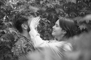 """Картина, постер, плакат, фотообои """"черно-белая яркая картина. милая молодая пара веселится. девушка закрывает глаза, играя в прятки. красивая случайная женщина и кудрявый мужчина с бородой. нежность в отношениях. венеция"""", артикул 424774588"""