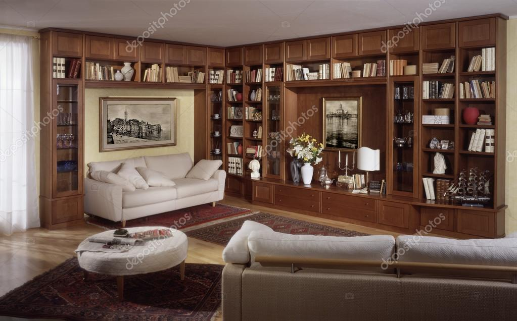 Woonkamer Met Bibliotheek : Woonkamer met bibliotheek omgeving u stockfoto oscaro