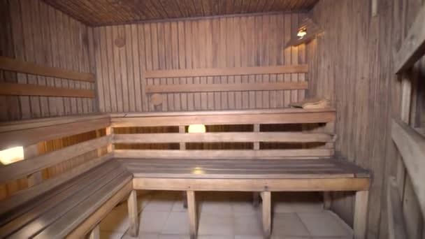 Innenraum der Sauna mit Holz
