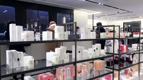 Moskva, Rusko, leden 2021: Zákazníci na pokladně v obchodě Zara. V popředí jsou police s parfémy zara a vonnými svíčkami
