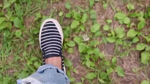 nohy na podzimní les