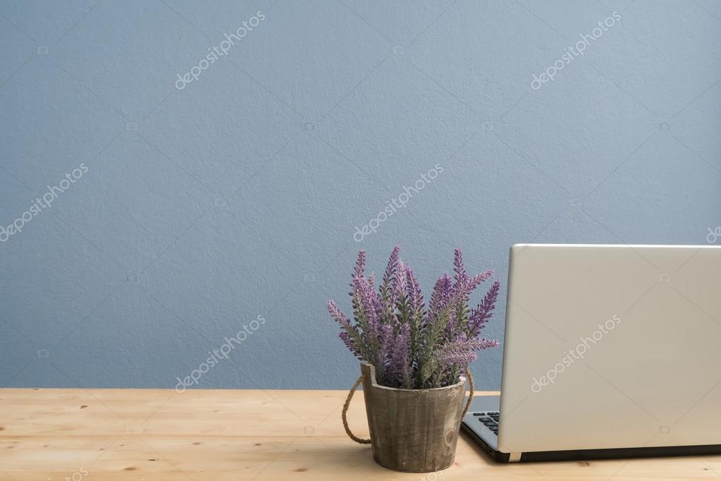 Set Da Scrivania Viola : Scrivania da ufficio con computer portatile e fiore viola della