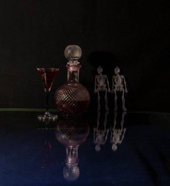 Siyah arka plandaki insan ve hayvanların iskeletleri ve iskeletleri tüm ölülerin değişiminin bir göstergesi olarak gösterilir.