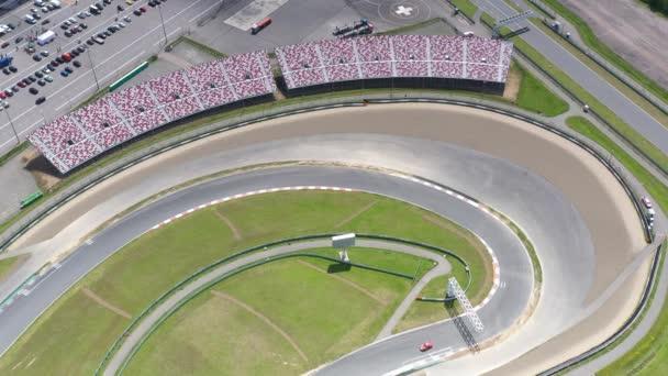 panoramatický pohled na avodrom pro závodění ve sportovních vozech před závodem za slunečného dne natočeného z dronu