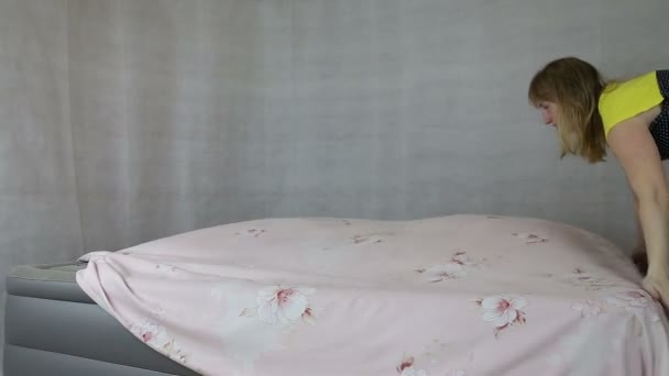Dívka, aby postel prostěradla