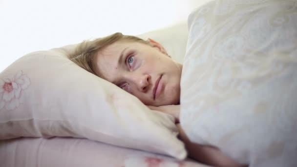 lány az ágyban fekve