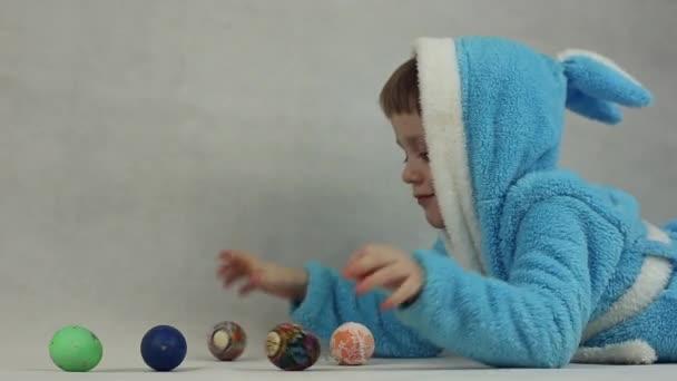 Der junge in das Kostüm des Osterhasen