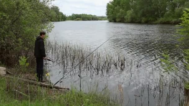 Rybář je lov na řece