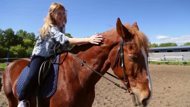A lány lovaglás egy ló