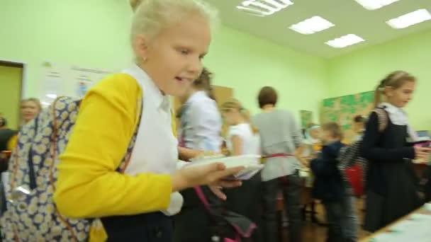 Wohltätigkeitsmesse, hungriger Käufer wählt Kuchen