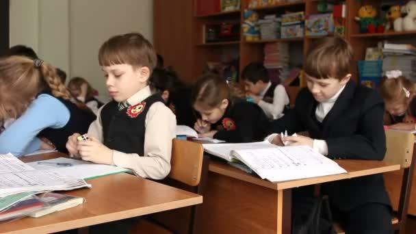 Schüler an der Schule schickt einen Zettel