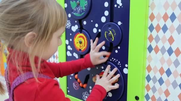 Dívka si hraje ve vzdělávacích intelektuální hry