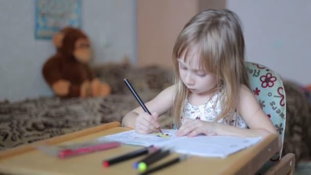 Kislány rajz jelölőkkel