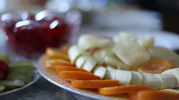 Slavnostní stůl s pokrmy