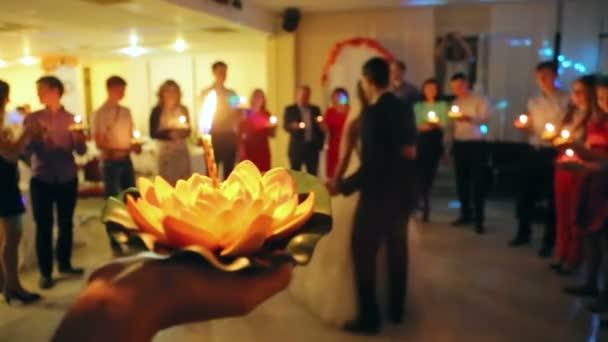 Ženich a nevěsta tančí na svatbě