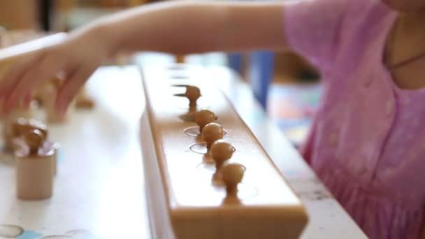 Malá holčička hraje v vzdělávací hra