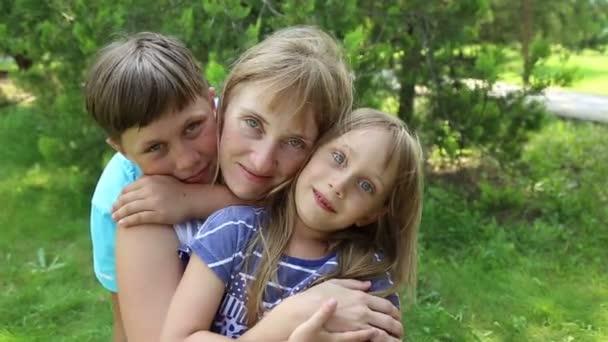 matka s dvěma dětmi