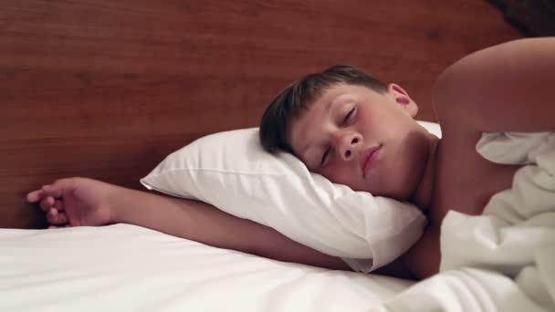 Chlapec je ležet v posteli