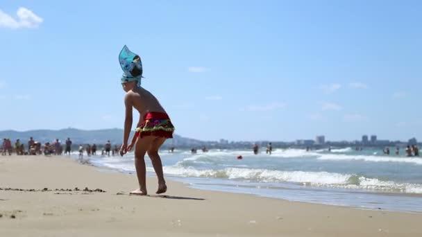 Holčička a kluk hraje na pobřeží Černého moře