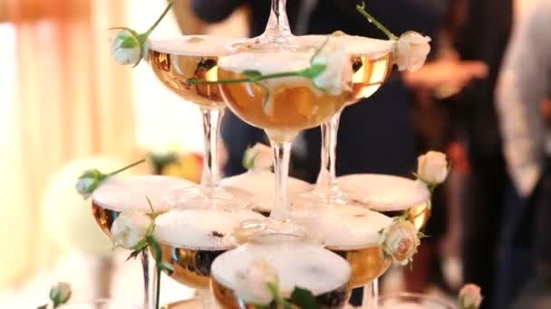 Do pyramidy vinné sklenice nalijte šampaňské