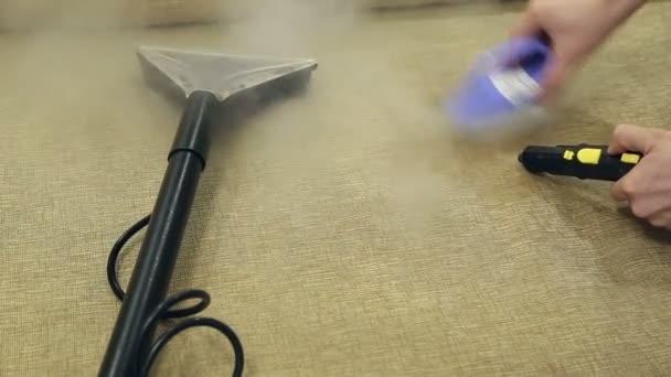 Service Reinigung von schmutzigen Sofas und Stühlen mit Spezialwerkzeug