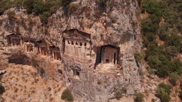 Asiller için kayalara oyulmuş antik Lyrian mezarlarının havadan görünüşü, Türkiye.