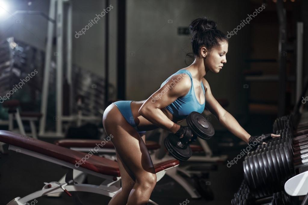 Prächtig Brünette Fitness Mädchen heben Hantel. Fitness Frau Rücken Übungen #WI_34