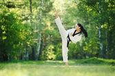 Záběr ženy cvičí karate