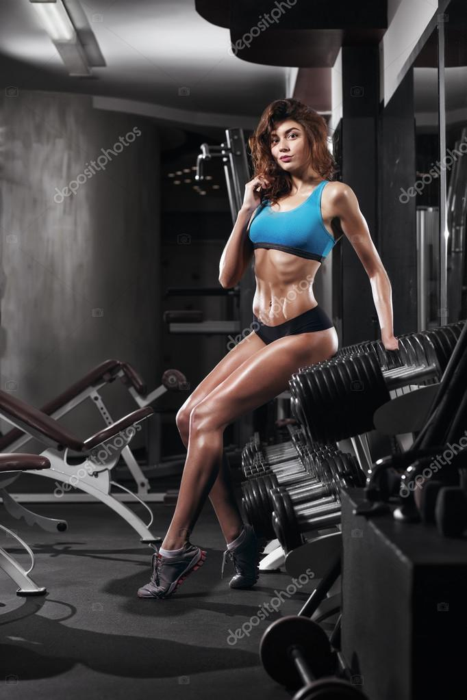 Femme fitness sport bleu porter avec un corps parfait de