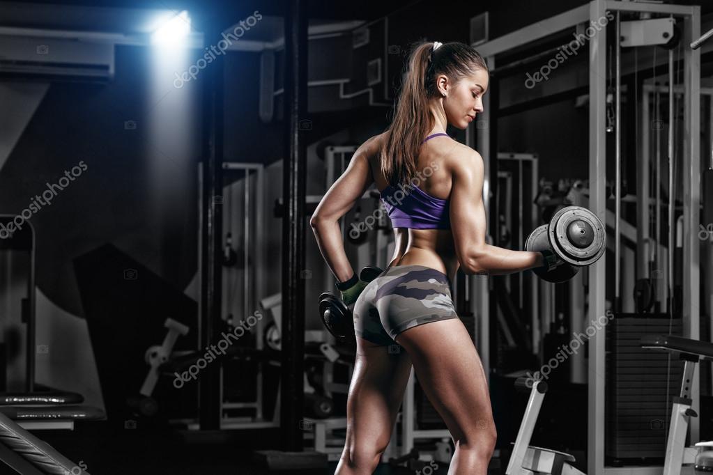 Gros seins nue dans la salle de gym