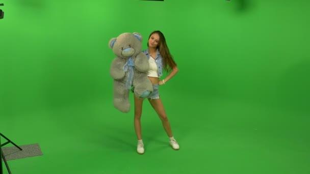 Krásná dívka si hraje s Medvídek velký