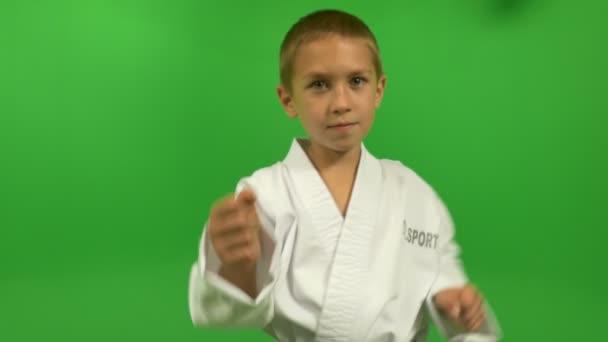 malý chlapec na zeleném pozadí v kimonu