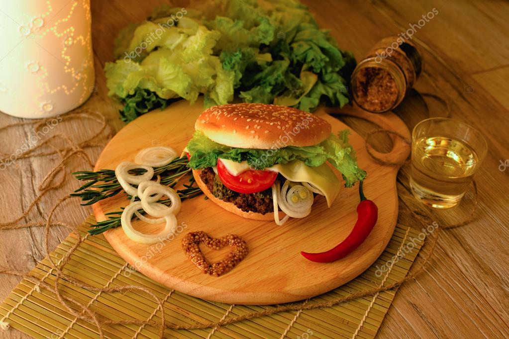 Hamburger fait maison sur le bureau en bois u photographie