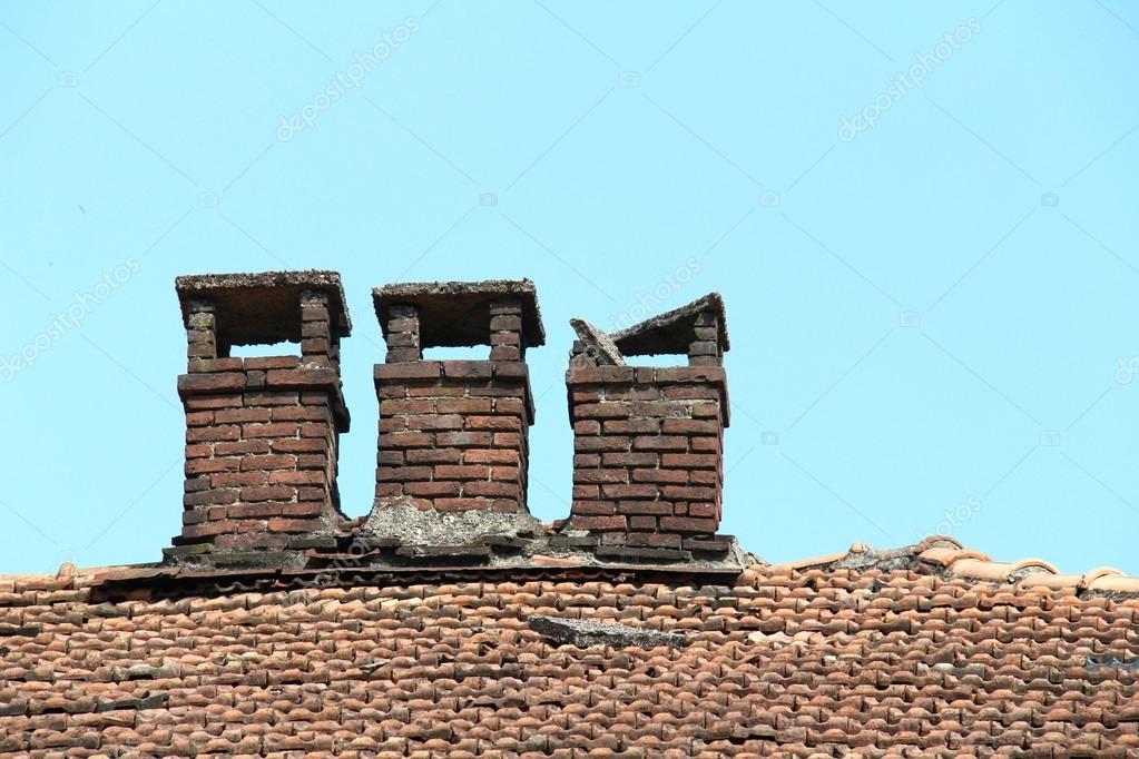 Chimenea de ladrillo en el tejado de una casa antigua de - Cambiar tejado casa antigua ...