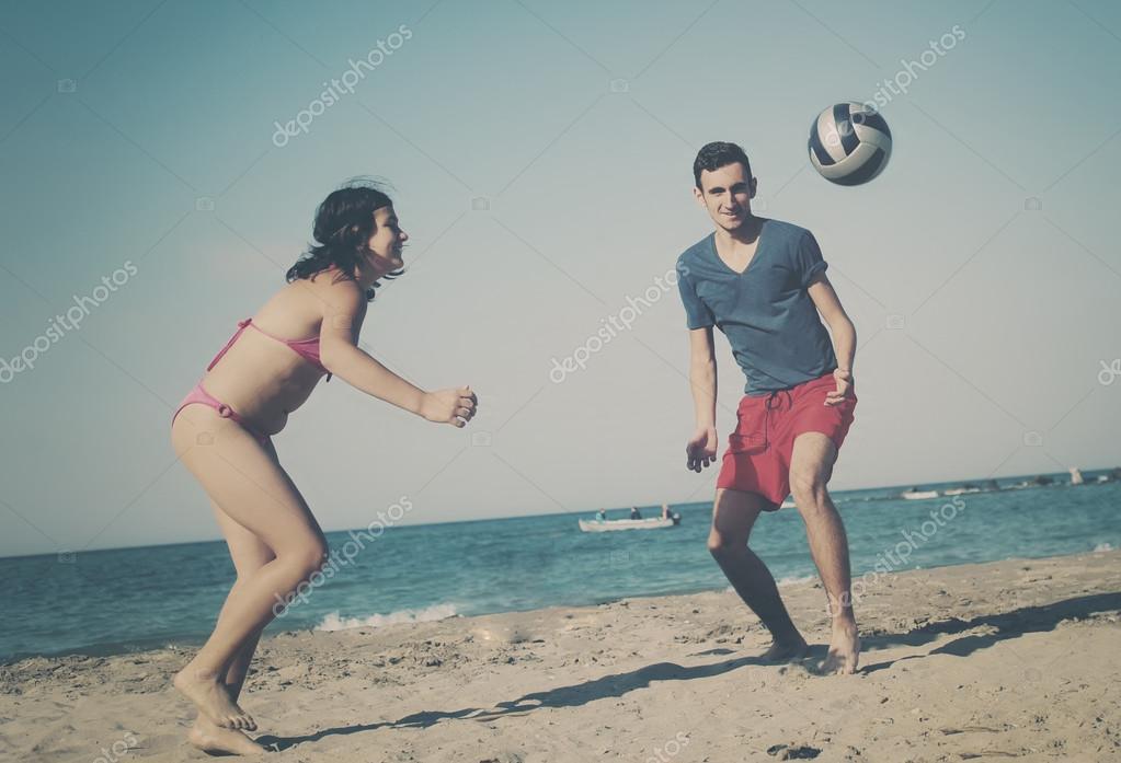 Pareja Jugando Voleibol En La Playa Foto De Stock C Orlaimagen