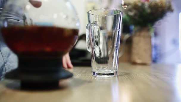 krásný barevný čaj se nalije do sklenice