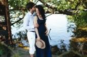 Muž a žena na jezeře