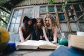 Három vintage boszorkányok végre mágikus rituálé