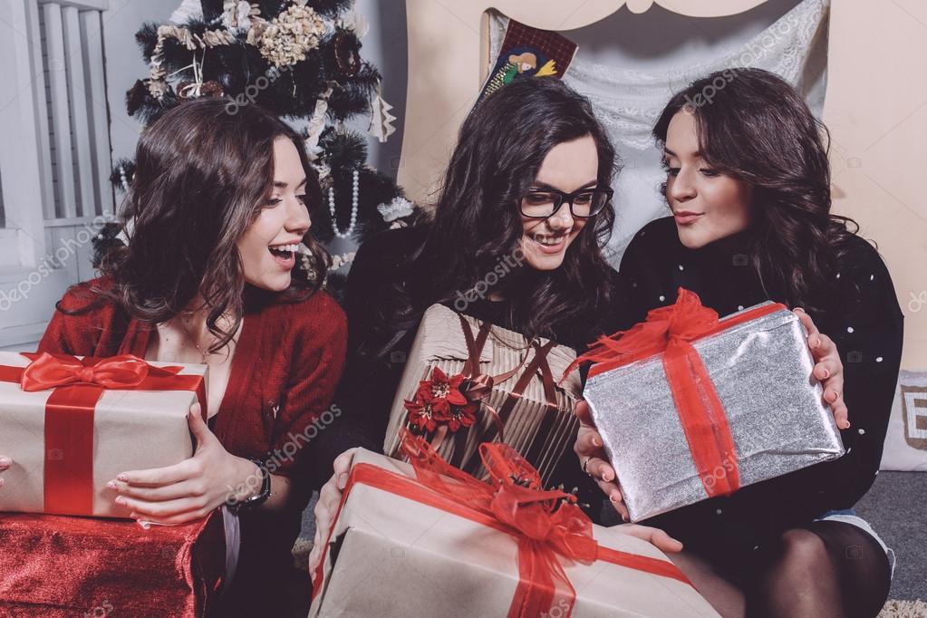 Regali Di Natale Ragazza.Bella Ragazza Che Aprono I Regali Di Natale Foto Stock C Simbiothy