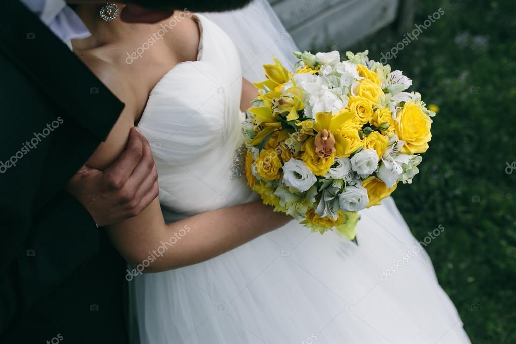 Foto Hochzeitsstrauss In Handen Der Braut Stockfoto C Simbiothy