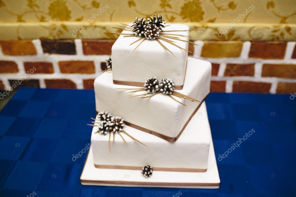 Quadratischen Hochzeitstorte Stockfoto C Simbiothy 94210884