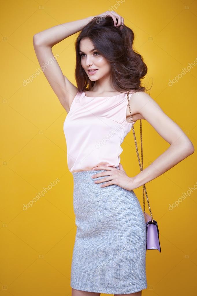 c4ab30833a0d Гламур моды стиль красивая женщина сексуальная одежда розовые Шелковые  блузки хлопок юбка намыливать модный мешок модель позе каталог летней  коллекции ...